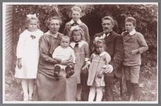 WAT002001310 Familie Graas - Kleij.Foto v.l.n.r. Aagt Graas, moeder Marie Kleij, (dochter van de sluiswachter Piet ...