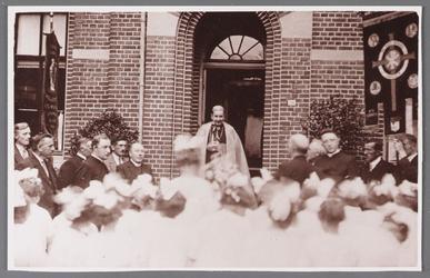 WAT002001349 Monseigneur Aengenent, bisschop van Haarlem, ter gelegenheid van de consecratie van de verbouwde Rooms ...