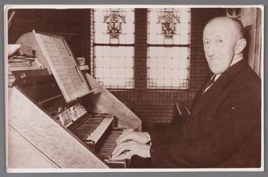 WAT002001354 Pieter Michlenbrink, geboren op 22 juli 1879 te Wormer. Hij was bode, doodgraver, koster, organist, ...