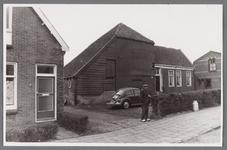 WAT002001295 Huis / boerderij van Lou Groot (daarna van Bentvelzen / Jacobs), met Teun Koomen en Volkswagen kever.Het ...