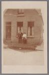 WAT002001313 Tegenover de zaak van Gerrit Hartog het huis van Arie de Lange.Arie de Lange met zijn vrouw