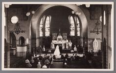 WAT002001361 Op deze foto is een trouwpartij in de Rooms Katholieke Kerk Maria Magdalena in Wormer. Links de ...
