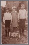 WAT002001373 Kinderen van postdirecteur Heijne, v.l.n.r. Gerrit, Corrie en Engel Heijne. Met op de achtergrond de ...