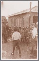 WAT002001384 Pastoor Kooij op weg naar de inwijding van de Rooms-katholieke jongensschool Sint Jozef. Met rechts ...