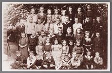 WAT002001386 Katholieke lagere school in Wormer.Bovenste rij v.l.n.r.: Trien Korver- Kleij, Truus van de Wards- Assee, ...