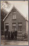 WAT002001424 Huis van Piet Veen, knecht van bakker Woud.Foto v.l.n.r. , Pieter (Piet) Veen geboren in 1886, zijn vrouw ...