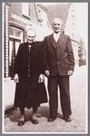 WAT002001465 Simon (Siem) Brantjes (1883) met zijn vrouw Grietje Barlage (1877).Met rechts op de achtergrond de ...