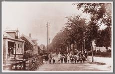 WAT002001475 Links de sigarenwinkel van Cornelis ( Creel) Best geboren in 1890.V.l.n.r. Jaap Conijn, Afie Brantjes, Jan ...