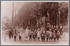 WAT002001476 Links de sigarenwinkel van Cornelis ( Creel) Best geboren in 1890.V.l.n.r. Jaap Conijn, Afie Brantjes, Jan ...