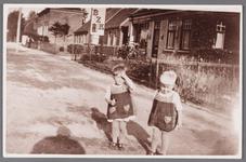 WAT002001479 Foto v.l.n.r. de tweeling van Pieter Schaak, Jacoba (Cobie) Schaak (1935) en Elisabeth (Beb) Schaak (1935) ...