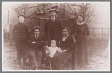 WAT002001456 Het gezin van bakker Woud omstreeks 1914.Zittend: bakker Willem Woud (1885) en zijn echtgenote Eefje Buurs ...