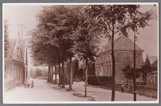 WAT002001488 Rechts: Raadhuis, gebouwd als koopmanshuis in 1660 werd in 1818 in gebruik genomen als Raadhuis. In 1997 ...