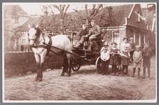 WAT002001489 Boerderij van familie Vink (32 meter lang) Paard en wagen van Jaap Rep brengt melk naar de melkfabriek. ...