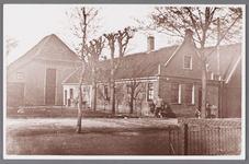 WAT002001491 Boerderij van Jan Vink, met Jan Vink WZ (1894)., met kinderen links Vrouwtje Vink (1924) en rechts Alie ...