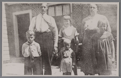 WAT002001494 Familie Vink.Foto v.l.n.r. Willem (1928), vader Jan Vink (Wzn) (1894) kleine ventje is Jan Vink (1930) en ...