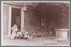 WAT002001498 Boerderij van Jan Vink, in deuropening Antje Vink -Pauw (meisjesnaam Antje Pauw, 1895) met kinderen en ...