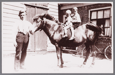 WAT002001499 Jan Vink WZn (1894) en op het paard Jan Vink Jzn (1930) en Willem Vink Janszn. (1928) voor boerderij aan ...
