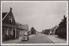 WAT002001501 Foto v.l.n.r. boerderij van Jan Vink ( nu Dorpsstraat nummer 385) en daarnaast het café van Jan Zijp, de ...