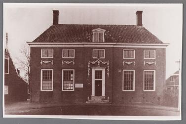 WAT002001531 Het oude raadhuis van Wormer, gebouwd als koopmanshuis omstreeks 1660.Vanaf 1818 in gebruik genomen als ...