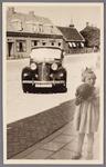 WAT002001537 Bij de Hervormde kerk. Trouwerij met auto van Jan Groot. meisje is dochter van mevrouw Kramer.
