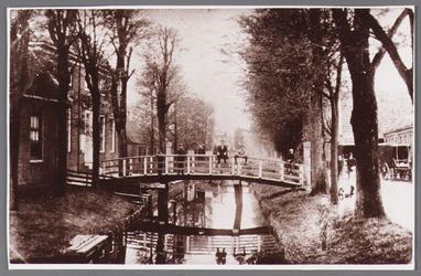 WAT002001546 Links het Gemeentehuis / raadhuis met brug over wegsloot. Rechts vooraan als kind Piet Vink (1892) en ...