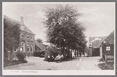 WAT002001549 Gemeentehuis met gedempte wegsloot met rechts café van Bertus Kramer 'Het verbonden hoofd'. (Dorpsstraat 389)