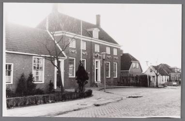 WAT002001552 Gemeentehuis met rechts nieuwe huis van Cees Ammeraal op de plek van Sjors de Vries. Met vooraan oud huis ...
