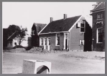 WAT002001561 Rechts; nog een stukje te zien van het oude raadhuis van Wormer, gebouwd als koopmanshuis omstreeks ...