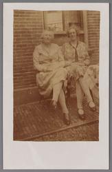 WAT002001570 Links mevrouw Beek (meisjesnaam Dieuwertje Schuitemaker (1885) en Bregje Maria Rond (1894) weduwe van ...