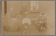 WAT002001573 Familie Beek, conciërge, dorpsomroeper, van het gemeentehuis met links mevrouw Beek (meisjesnaam ...