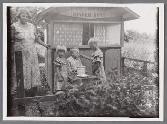 WAT002001586 Mevrouw Zijp (meisjesnaam Geertje Pancras (1897) met haar kinderen voor het huisje 'kinderlust' gebouwd ...