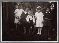 WAT002001588 Foto v.l.n.r.; meisje met hoed Elizabeth Maria (Bets) Zijp (1925) mevrouw NN,Jacobus Petrus (Jaap) Zijp ...
