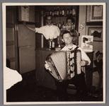 WAT002001594 Café 'Het verbonden Hoofd' met accordeonist Dirk Stam en achter de tap Jacobus Petrus (Jaap) Zijp met zijn ...
