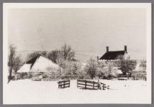 WAT002001601 Gezicht op Wormer in de sneeuw met het gemeentehuis met boerderij van de familie Koomen vanuit de Engewormer.