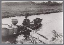 WAT002001604 Vaarboer Jan Jansz. Koomen (geboren in 1888) op weg naar huis van zijn land aan de nieuwe vaart.