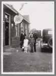 WAT002001580 Café Het Verbonden Hoofd van Bertus Kramer. Met dochter Eva Kramer (1891) en haar man Nicolaas Dudock ...