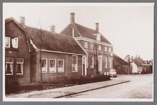 WAT002001614 Foto v.l.n.r.; Dorpsstraat nummer 360, houten woonhuis met makelaar in de vorm van de oude beschuittoren, ...