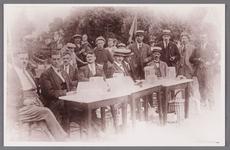 WAT002001616 Bestuur van de volksfeesten aanwezig op het kermisterrein.H.J. Loggers, J, Zwart, N. Hooijschuur,E. Woud, ...