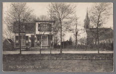 WAT002001659 Foto links; Hervormde pastorie uit 1912 met wegsloot (Dorpsstraat 415) in het midden; de ...