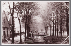 WAT002001667 Met wegsloot. links achteraan huis van Kees Nannig waar later kosterswoning van de Nederlands-hervormde ...