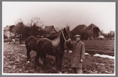 WAT002001669 Piet Teel Jbz. familie van familie Schoenmaker. Links huis van Woud, rechts boerderij van Klaas ...