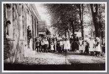 WAT002001671 Foto: Dieuwertje Rezelman-Kooijman (meisjesnaam Dieuwertje Kooijman, geboren in 1876) uit het raam en in ...