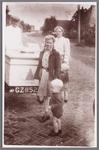 WAT002001679 IJsboer Cor Bakker uit Jisp. Meisje met strengels is Coby Schaak, met tweeling Cees en Gré Schaak. De ...