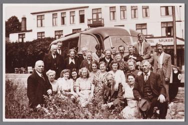 WAT002001693 Deze foto is na de Tweede Wereldoorlog gemaakt.Deze groep mensen staan voor het hotel Spijker in Beek bij ...