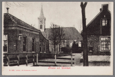 WAT002001673 Links: café Moriaanshoofd (Dorpsstraat nummer 417) vanaf wegsloot en daarachter de Nederlands-hervormde ...