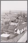 WAT002001689 Kerkstraat met rechts voor een aantal huisjes van de Diaconie van de Nederlands- hervormde Kerk (wit) en ...