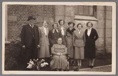 WAT002001732 Op deze foto uit 1953 wordt het feit herdacht dat de zondagsschool van de Nederlands-hervormde kerk 60 ...