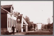 WAT002001738 Gezicht op de Oostertil, vanaf café Moriaanshoofd (links vooraan) met daarvoor Jan de Jong en zijn zoon ...