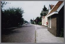 WAT002001743 Foto: eerste huis rechts is van Anton Vink, van beroep groenteboer (waarschijnlijk Dorpsstraat 419) en ...
