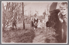 WAT002001744 Foto v.l.n.r. ...?....., Geertje Braan, geboren in 1922, met voor haar, haar zusje Jannetje Jacoba Maria ( ...